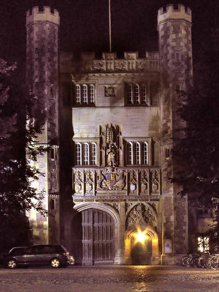 Trinity_College,_Cambridge,_Great_Gate_(night)
